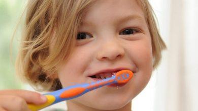 """Photo of يحير الأطباء… """"الأسنان الطباشيرية"""" مرض يصيب الأطفال.. هكذا نحميهم!"""