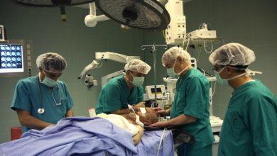 Photo of هل تساءلت يوماً عن سبب ارتداء الأطباء اللون الأخضر أو الأزرق خلال العمليات؟